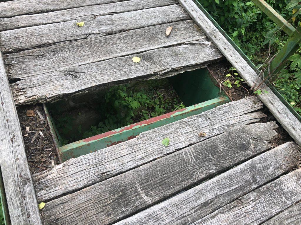 Rozpadající se mostovka