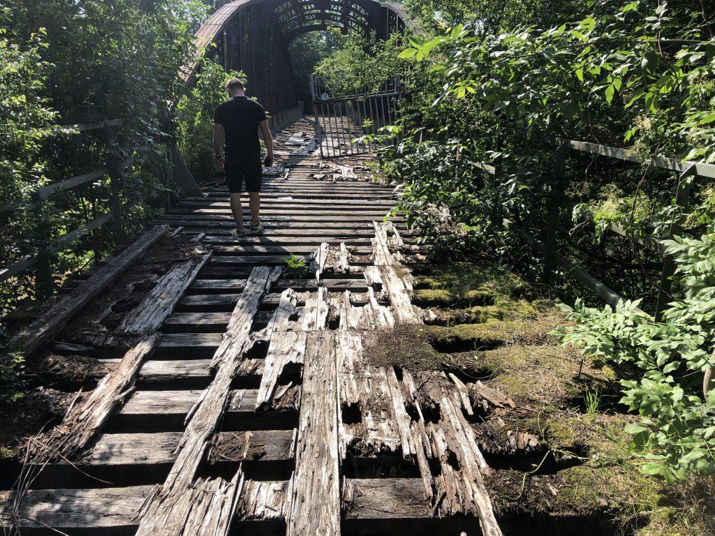 Kompletně rozpadlá mostovka